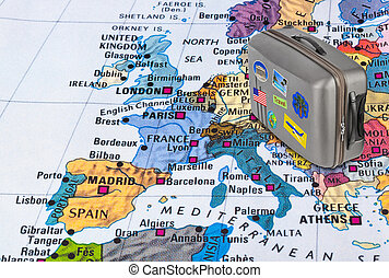 El mapa de Europa y el caso de viaje con pegatinas (mis fotos)
