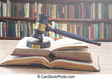 El martillo de la ley de madera