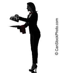 El mayordomo de la mujer que abre el catering
