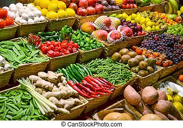 El mercado de frutas con frutas y verduras frescas