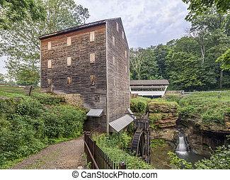 El molino de roca, el puente cubierto, y el río empeñado cae