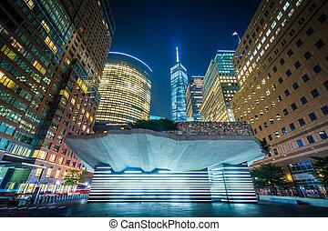 El monumento al hambre irlandés y edificios en Battery Park City por la noche, en Manhattan, Nueva York.