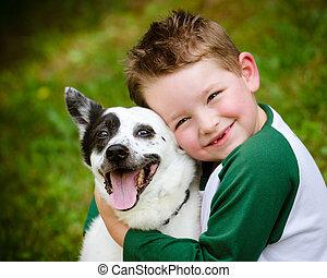 El niño abraza amorosamente a su perro