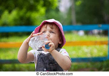 El niño bebe de botella