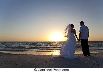 El novio se casó con una pareja de Sunset Beach
