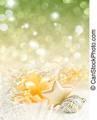 El oro y la plata navideñas en el fondo de luces doradas desfocadas