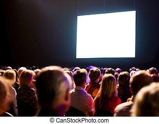 El público de la multitud mirando la pantalla