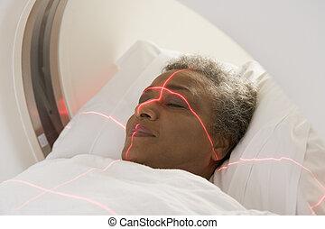 El paciente tiene un escáner axial computarizado
