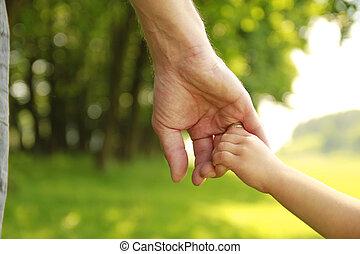 El padre tiene la mano de un niño pequeño