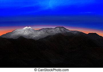 El paisaje de la montaña de nieve con un hermoso y colorido cielo antes de que amanezca la luz se use para la naturaleza y el telón de fondo