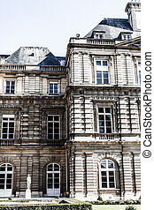 El palacio de lujo en hermoso jardín, París, Francia