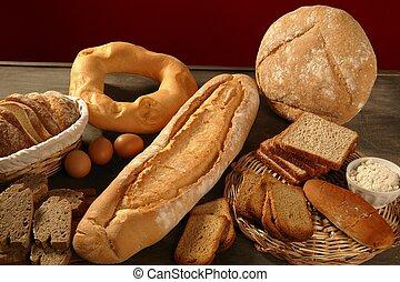 El pan aún vive sobre la madera oscura