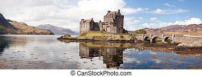 El panorama del castillo de Eileen Donan Escocia