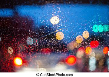 El parabrisas de los coches en una noche lluviosa