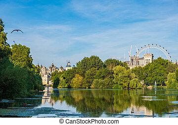 El parque de St James en Londres con el ojo de Londres en el fondo.