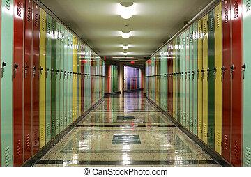 El pasillo lleno de casilleros