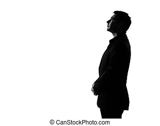 El perfil del hombre de la silueta es serio