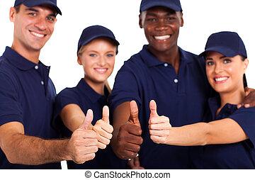 El personal de servicio se dedica a los blancos