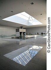 El piso vacío del centro comercial