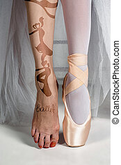 El primer plano de la joven bailarina con zapatos de punta