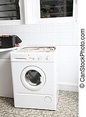 El primer plano de la lavadora en la lavandería