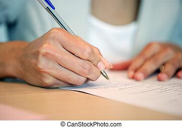 El primer plano de la mujer que escribe