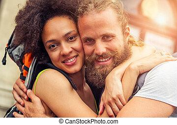 El primer plano de un hermoso par de turistas enamorados