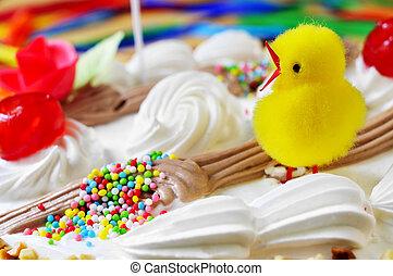 El primer plano de una Mona de Pascua, un pastel comido en España el lunes de Pascua, adornado con una chica de peluche