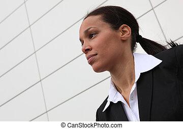 El primer plano de una mujer de negocios