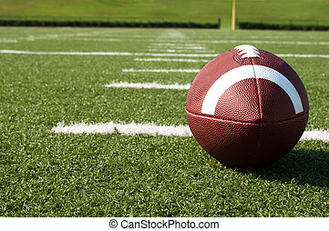 El primer plano del fútbol americano en el campo