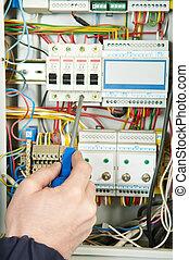 El primer plano del trabajo eléctrico
