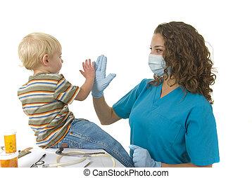 El profesional de la salud le da a la niña cinco minutos después de la cita