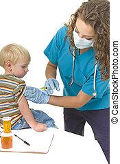 El profesional de la salud le pone inyección a bebé