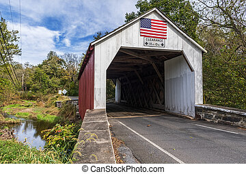 El puente cubierto de rojo y blanco