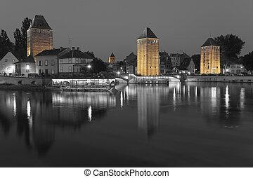 El puente cubierto, en la franquicia pequeña, Estrasburgo, Bas-rhin, Alsacia, Francia.