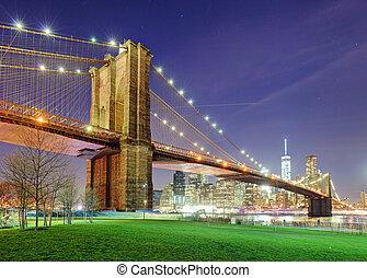 El puente de Brooklyn sobre el río este de noche en Nueva York Manhattan con Green Park