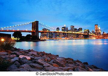 El puente de Brooklyn y el horizonte de Manhattan en Nueva York
