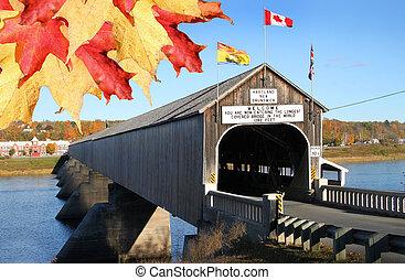 El puente de madera Hartland cubierto de hojas