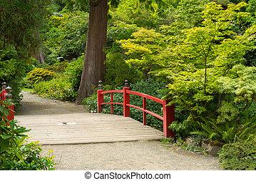 El puente de pie japonés de madera