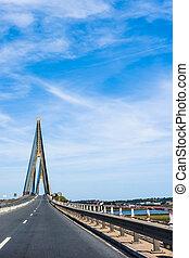 El puente de suspensión sobre el río entre España y Portugal. Puente sobre el río Guadiana en Ayamonte