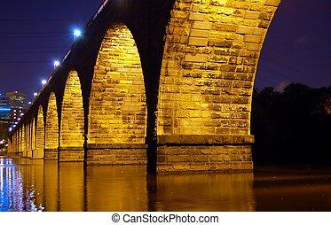 El puente del arco de piedra está cerca