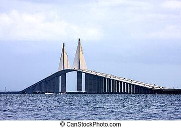 El puente del cielo del sol en Florida