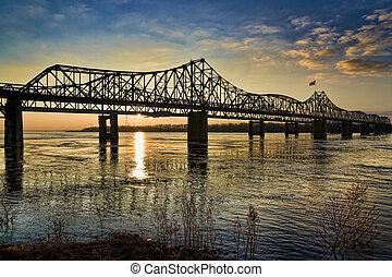 El puente del río Mississippi al atardecer