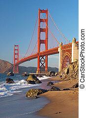 El puente dorado en San Francisco durante el atardecer