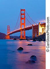El puente Golden Gate después del atardecer, San Francisco