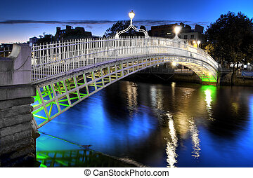 El puente ha'penny en Dublín, Irlanda, por la noche