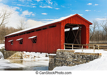 El puente rojo cubierto de nieve