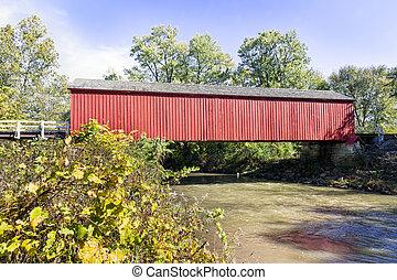 El puente rojo de Illinois cubre