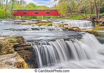 El puente rojo y el agua blanca