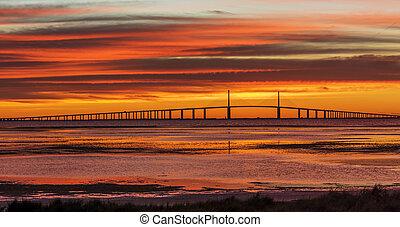 El puente Sunshine Skyway al amanecer
